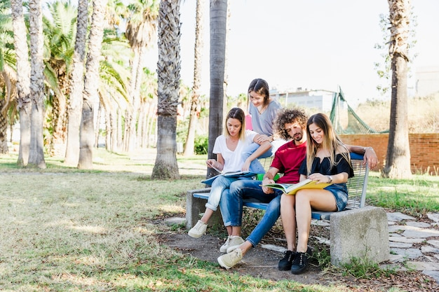 Молодые люди, обучающиеся в парке