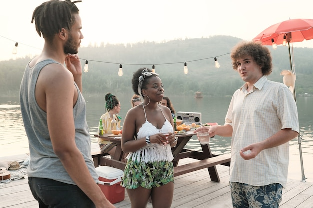 파티에서 시간을 보내는 동안 서로 이야기하고 술을 마시는 젊은 사람들