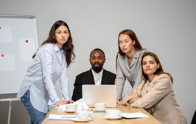Молодые люди разговаривают во время видеоконференции с коллегами в офисе или гостиной