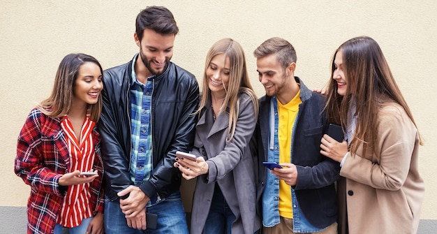 スマートフォンを使う若者