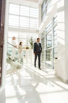 Молодые люди гуляют в офисе