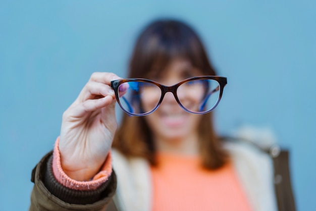 Молодые люди в очках