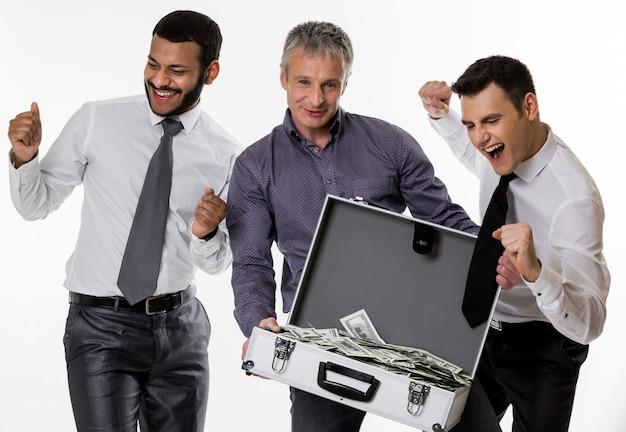 돈이 가득한 여행가방을 든 젊은이들은 성공한 사람들에게 많은 돈을 벌었다