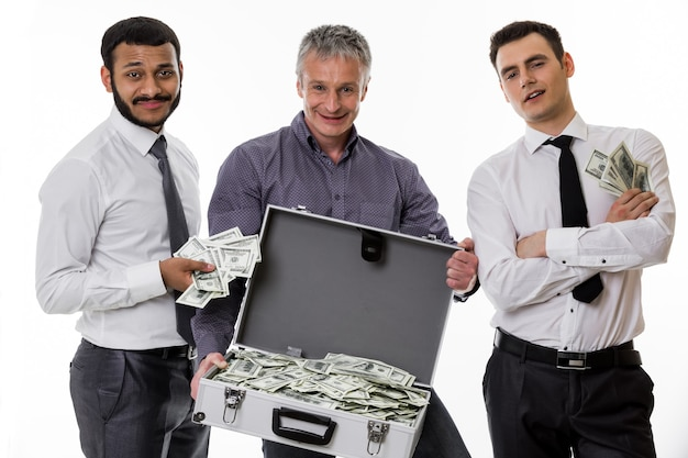 돈이 가득한 여행가방을 든 젊은이들은 많은 돈을 벌었다