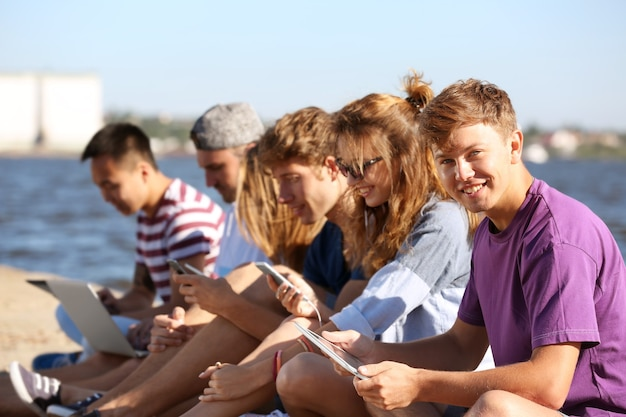 Молодые люди тусуются с гаджетами