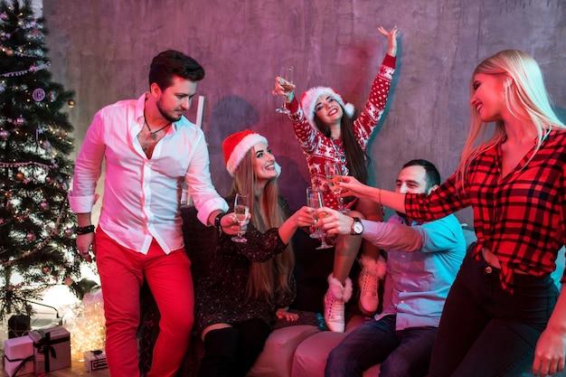 クリスマスパーティーでシャンパングラスを持つ若者