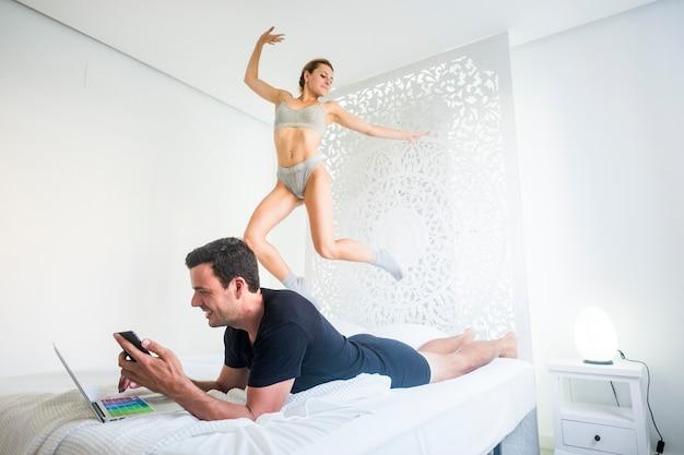 젊은 사람들은 침실에서 일하고 즐겁습니다.