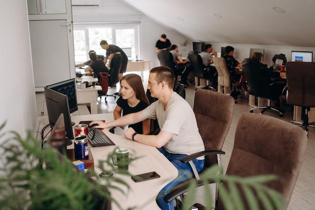 若い人たちはコンピューターで働いています