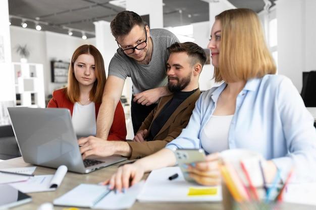 Молодые люди, работающие в офисе