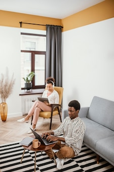 현대적인 장소에서 일하는 젊은 사람들