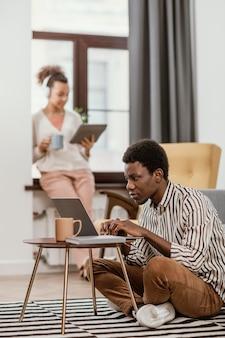 Молодые люди, работающие из современного места
