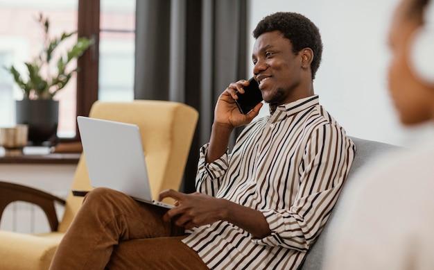 Молодые люди работают из дома