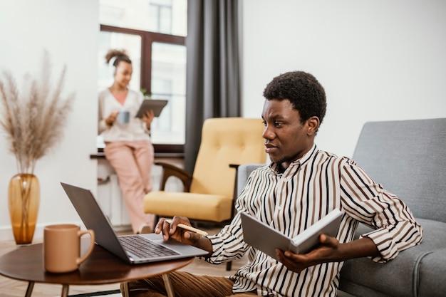 Giovani che lavorano da un luogo moderno