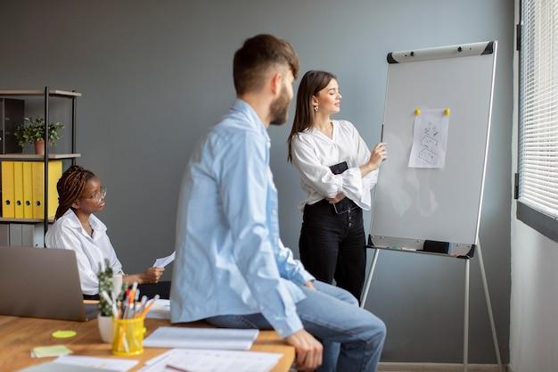 Giovani che lavorano insieme in una startup