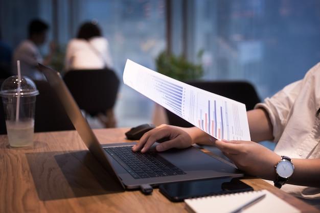 Молодые люди, работающие с современным ноутбуком на рабочем месте, кафе. концепция деловой активности