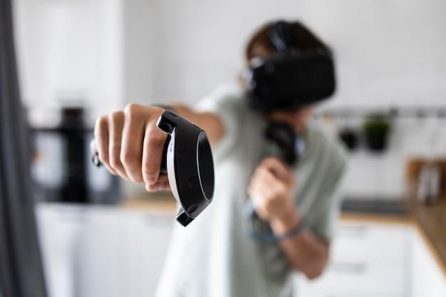 Vrメガネでビデオゲームをプレイする若い人