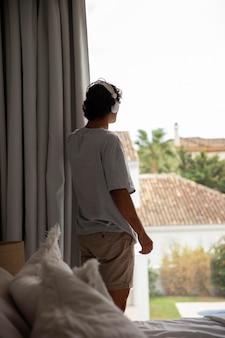 Giovane che si rilassa ascoltando musica