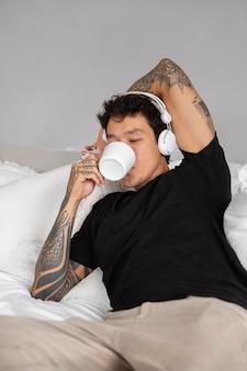 음악을 들으면서 휴식을 취하는 젊은 사람