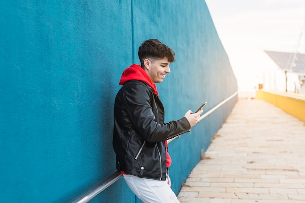 携帯電話で話している若い人