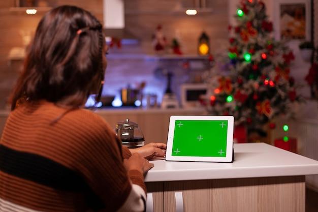 태블릿에서 녹색 화면 기술을 보고 있는 젊은 사람