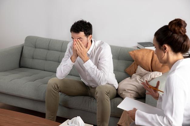 Giovane con ansia che parla con uno specialista