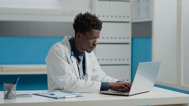 의료 사무실에서 의사로 일하는 젊은 사람