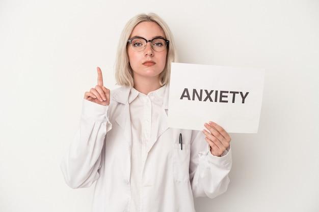 흰색 배경에 고립 된 약과 우울증 판지를 들고 젊은 약사 여자