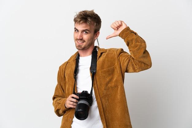 Молодой фотограф блондинка изолировал гордый и самодовольный