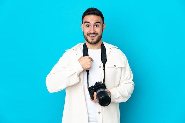 놀라운 표정으로 고립 된 젊은 사진 작가 남자