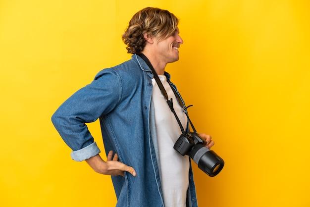 孤立した若い写真家の男