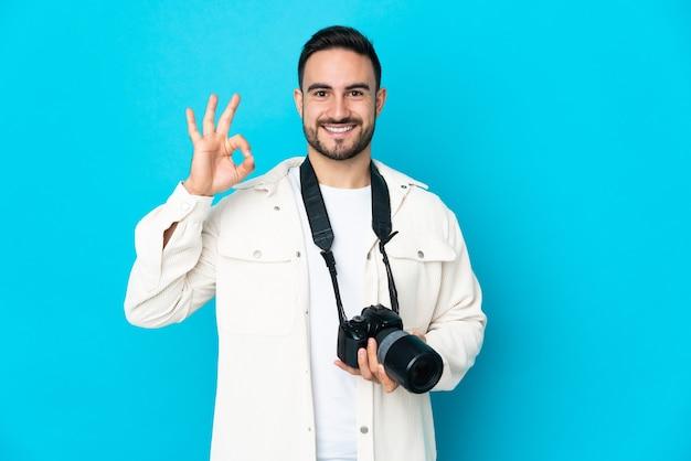 고립 된 젊은 사진 작가 남자