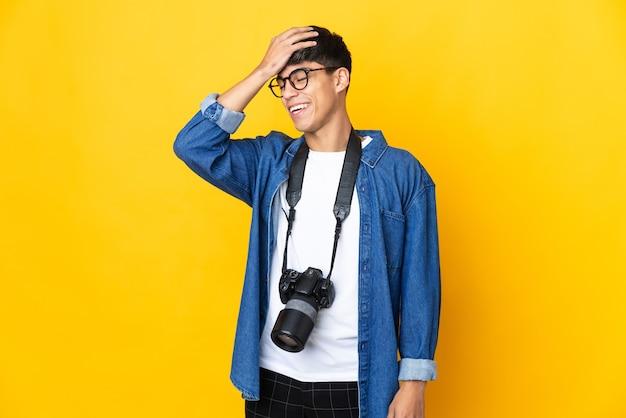 孤立した黄色の背景上の若い写真家の男は何かを実現し、解決策を意図しています