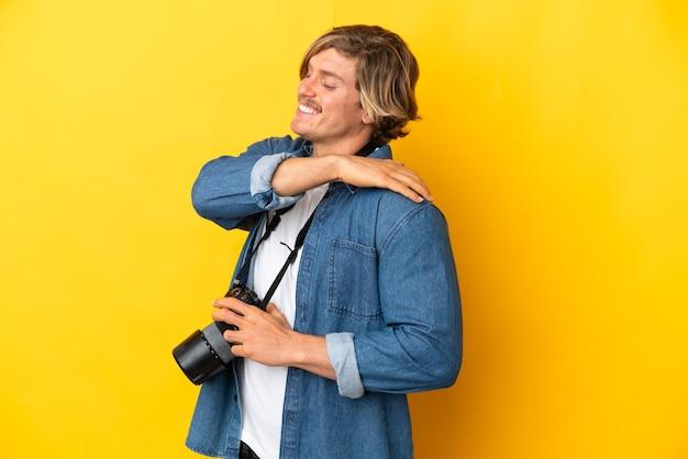 孤立した背景上の若い写真家 Premium写真