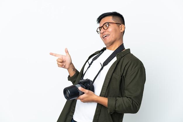 孤立した背景上の若い写真家