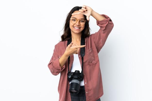 分離された若い写真家の女性