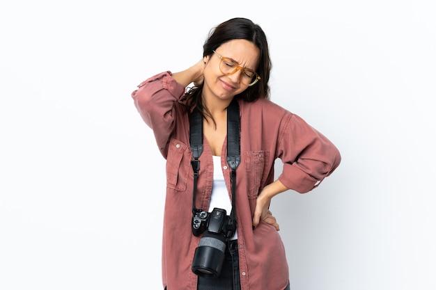 カメラを持つ若い写真家の女性