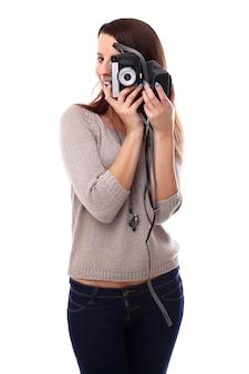 Donna giovane fotografo con macchina fotografica analogica vintage