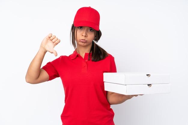 親指を下に見せて孤立した若いピザ配達の女の子