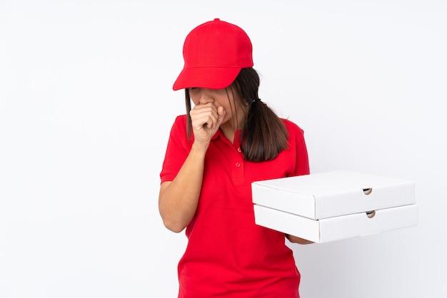 격리 된 흰색 배경 위에 젊은 피자 배달 소녀는 기침으로 고통 받고 나쁜 느낌