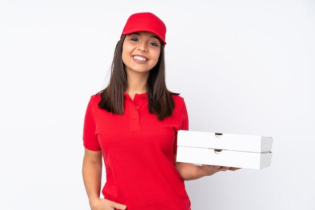 笑っている孤立した白い背景の上の若いピザ配達の女の子