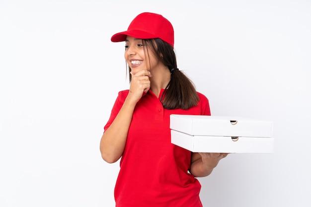 横に見て孤立した白い背景の上の若いピザ配達の女の子