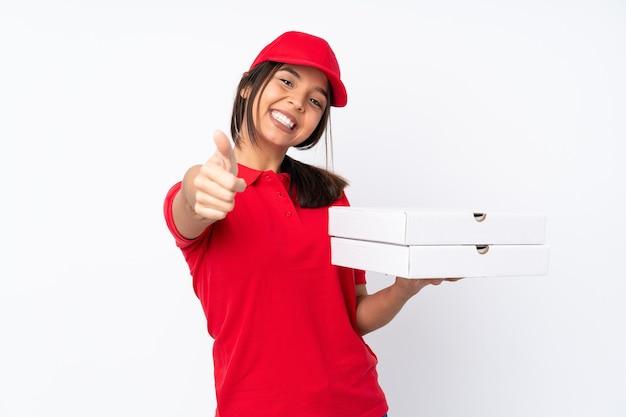 좋은 일이 일어났기 때문에 엄지 손가락으로 격리 된 흰색 배경 위에 젊은 피자 배달 소녀