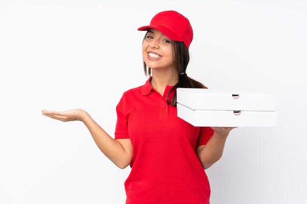 ショックを受けた顔の表情と孤立した白い壁の上の若いピザ配達の女の子