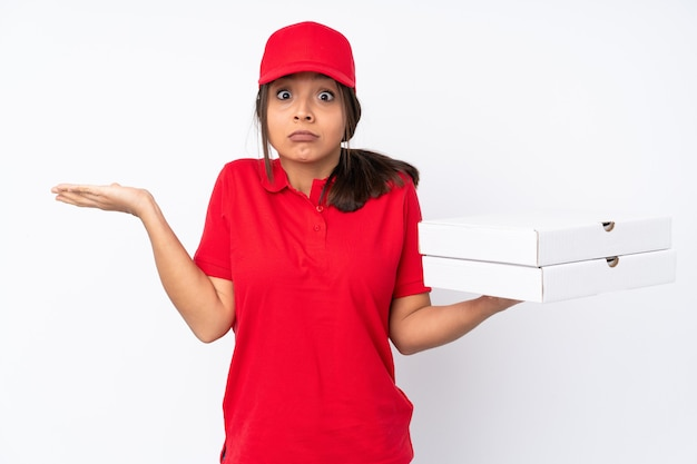 手を上げている間疑いを持って孤立した若いピザ配達の女性