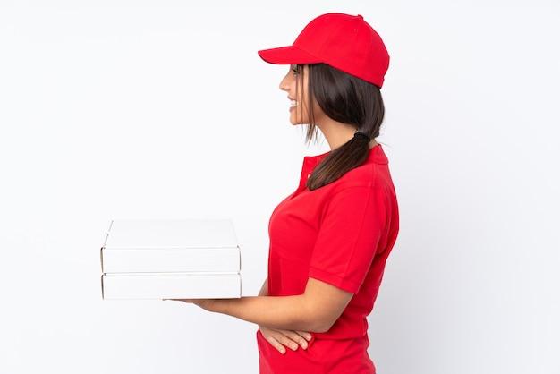 若いピザ配達の女性が横位置で隔離