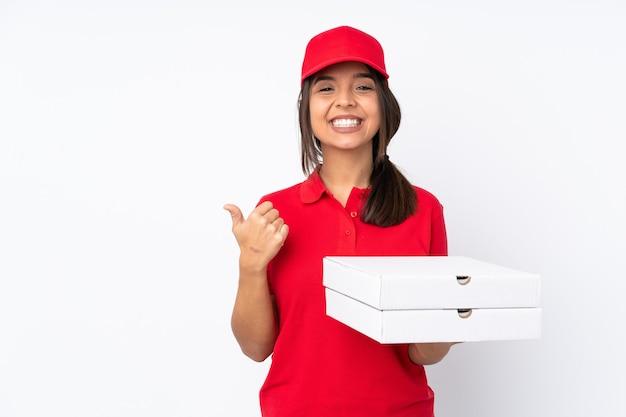 製品を提示する側を指して孤立した若いピザ配達の女性