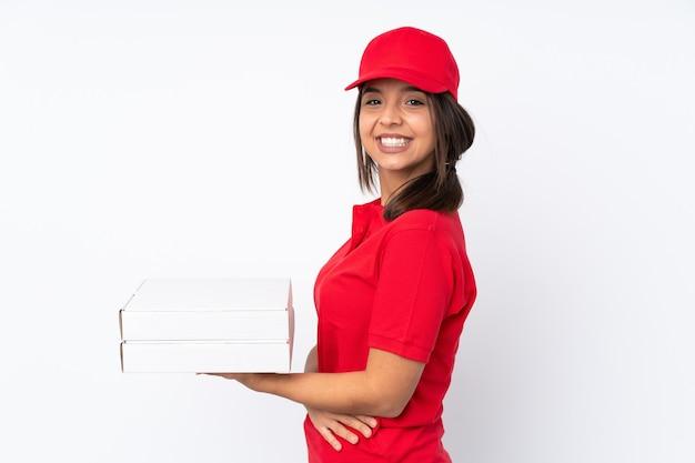腕を組んで隔離され、楽しみにして若いピザ配達女性