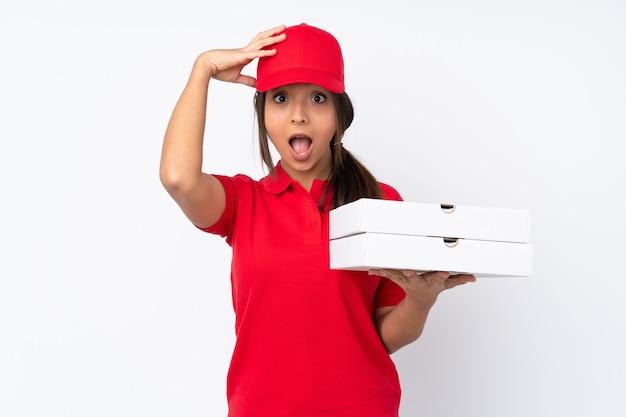 驚きの表情で隔離若いピザ配達女性