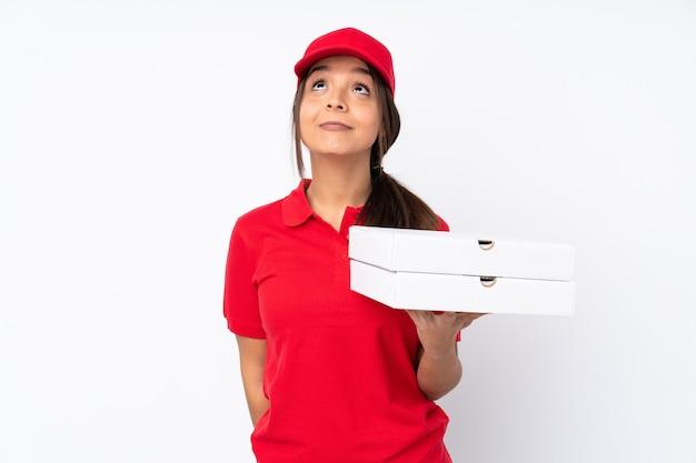孤立した若いピザ配達女性