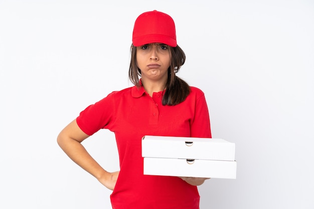 孤立した白い怒っている若いピザ配達の女性